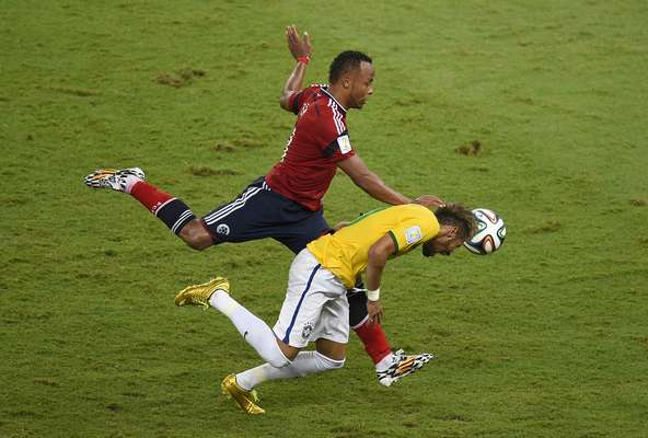 Aos 41min do segundo tempo, após cobrança de escanteio da Colômbia, a bola sobrou para Neymar que, ao tentar dominar, foi acertado por uma joelhada nas costas do lateral colombiano Zúñiga. Demonstrando muita dor, o atacante brasileiro recebeu atendimento médico no gramado, mas foi retirado de maca; o atacante fraturou uma vértebra e está fora da Copa.
