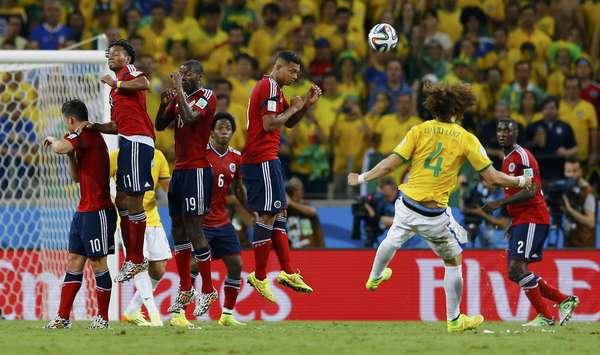 David Luiz cobra falta de muito longe e coloca a bola no ângulo superior esquerdo de Ospina, fazendo o segundo do Brasil na partida contra a Colômbia; a Seleção Brasileira venceu por 2 a 1 e já está na semifinal.