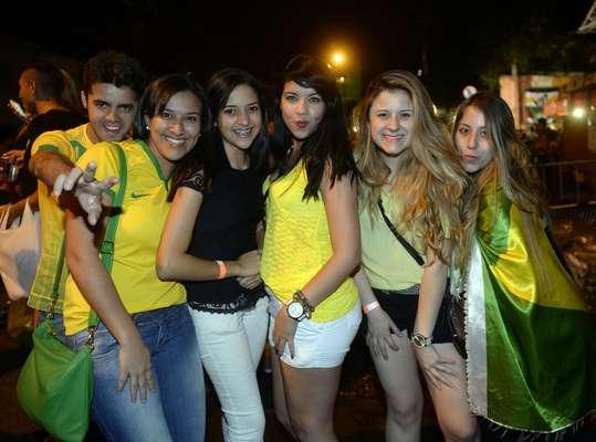 Uma multidão verde e amarela colore as ruas da Vila Madalena, em São Paulo, para festejar a classificação do Brasil para a semifinal após a vitória por 2 a 1 contra a Colômbia, que aconteceu nesta sexta-feira na Arena Castelão, em Fortaleza.