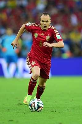 Andrés Iniesta foi o autor do gol que deu à Espanha o título de campeã da Copa do Mundo de 2010, por isso, era considerado uma das grandes estrelas deste Mundial. No entanto, após a fraca campanha espanhola, Iniesta foi considerado um dos culpados pela eliminação precoce e pediu desculpas por meio das redes sociais. A Espanha sofreu uma goleada, por 5 a 1, da Holanda no primeiro jogo, perdeu novamente para o Chile, por 2 a 0, e ganhou da Austrália, por 3 a 0