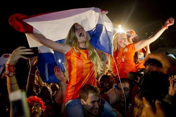 As areias de Copacabana foram ocupadas por torcedores da Holanda e da Costa Rica; as seleções se enfrentaram neste sábado, na Arena Fonte Nova, em Salvador; os holandeses foram os que mais vibraram após a seleção conseguir a vitória, nos pênaltis, e a vaga na semifinal da Copa do Mundo.