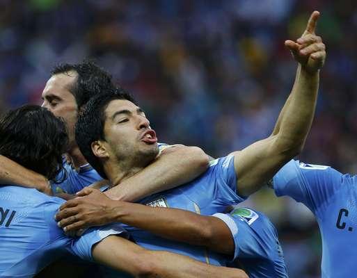 Por onde passa, Luis Suárez leva gols, surpresase polêmicas. E nesta Copa do Mundo não foi diferente. No final de maio, o craque sofreu lesão no joelho e correu risco de ficar fora do Mundial. Mas, em tempo recorde, surpreendeu e se recuperou. Contra a Costa Rica, na estreia uruguaia, ficou no banco, mas, contra a Inglaterra, entrou e fez os dois gols da vitória, que manteve a Celeste viva na competição. No jogo contra a Itália, Suárez não marcou, mas surpreendeucom uma atitude inusitada: a mordida emChiellini.Logo depois, Godín fez o gol da classificação uruguaia. A mordida, porém, rendeu ao craque 9 jogos de suspensão e 4 meses sem atividades futebolísticas. O Uruguai foi eliminado em seguida,nas oitavas, mas não dá para dizer que Suárez não deixou sua marca
