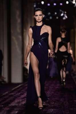 A Atelier Versace apostou em fendas profundas,cores fortes e brilhospara sua coleção de alta-costura Inverno 2015