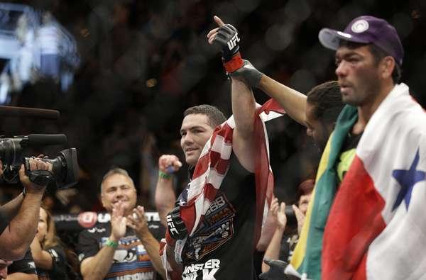 Chris Weidman vence Lyoto Machida e continua como campeão dos pesos-médios do UFC
