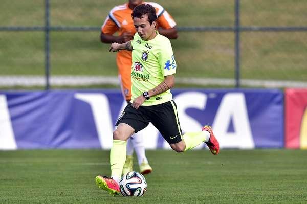 Bernard leva a bola durante treino da Seleção Brasileira na Granja Comary, na tarde deste domingo,em que os reservas do time enfrentam a equipe Sub-20 do Fluminense; a equipe se prepara para enfrentar a Alemanha na próxima terça-feira