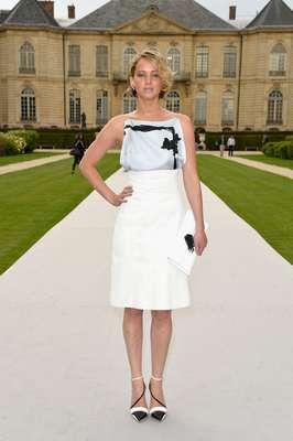 Jennifer Lawrence optou por saia lápis de cintura alta e a combinação preto e branco para o look da Dior