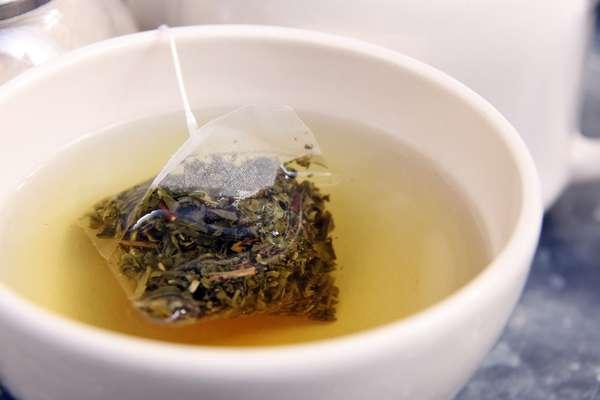 Uma compressa de chá verde gelado nos olhos ameniza as olheiras arroxeadas. Isso porque a cafeína tem poder de contrair os vasos sanguíneos , diminuindo os vasos da pálpebra inferior, estimulando o tônus e a microcirculação