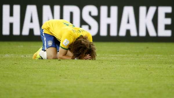 Jogadores e comissão técnica lamentam a goleada por 7 a 1 contra a Alemanha no Mineirão, em Belo Horizonte, nesta terça-feira. Na foto, David Luiz chora no gramado