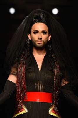 Conchita Wurst foi o destaque do desfile de Jean Paul Gaultier nesta quarta-feira (9) na semana de alta-costura de Paris