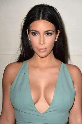 Kim Kardahian prestigiou desfile do Valentino nesta quarta-feira (9), na semana de moda de Paris
