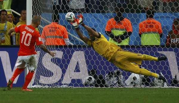 Goleiro da Argentina, Romero, defende a cobrança do holandês Sneijder, a terceira da seleção europeia na semifinal da Copa do Mundo; a partida, realizada na Arena Corinthians,terminou com a classificação da seleção sul-americanapara a grandefinal da Copa do Mundo
