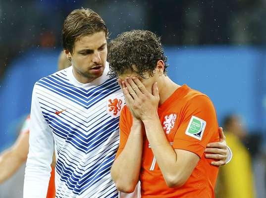 Os jogadores da Holanda lamentaram nesta quarta-feira a derrota nos pênaltis para a Argentina e o fim do sonho de conquistar a taça. Na foto, o goleiro Tim Krul consola o jogador Daryl Janmaat