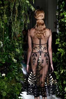 A grife italiana Valentino misturou o eclesiástico e o pagão, apresentando peças transparentes, como esse vestido preto com detalhes dourados