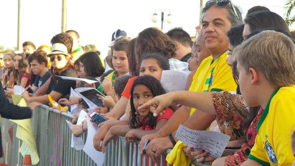 Cerca de 500 pessoas acompanharam a chegada da Seleção Brasileira ao hotel Brasília Pallace, na tarde desta sexta-feira; apesar da derrota por 7 a 1 para a Alemanha na última terça-feira, eles fizeram festa para receber os jogadores, que disputam o terceiro lugar da Copa do Mundo neste sábado, contra a Holanda, às 17h, no estádio Mané Garrincha.
