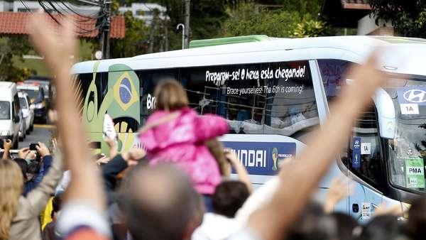 A Seleção Brasileira deixou a Granja Comary nesta sexta-feira, rumo à Brasília, onde disputa o terceiro lugar da Copa do Mundo com a Holanda, neste sábado, no Estádio Mané Garrincha. Após a derrota por 7 a 1 para a Alemanha, pela semifinal do Mundial, a torcida voltou a aparecer na Granja e se despediu da Seleção