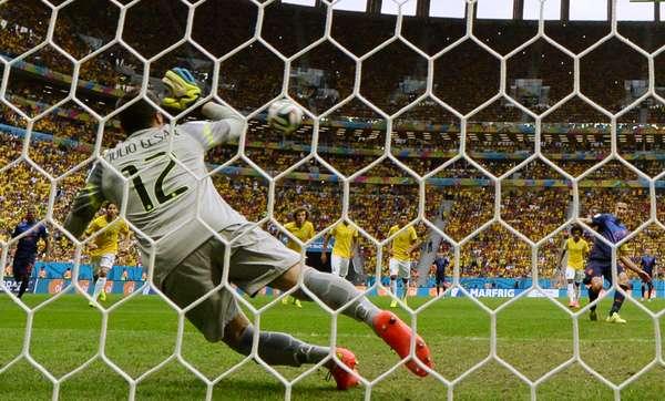 Goleiro Júlio César não consegue segurar o pênalti de Van Persie. A disputa entre Brasil e Holanda, que valia a terceira colocação na Copa do Mundo, terminou em 3 a 0 para a seleção europeia. A despedida da Seleção Brasileira do Mundial aconteceu no Estádio Mané Garrincha, em Brasília.