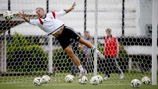 A seleção alemã realizou, neste sábado, o último treino antes da grande final da Copa do Mundo. Durante a sessão, Podolski ficou no gol e fez algumas defesas. A equipe do técnico Joachim Löw enfrenta a Argentina neste domingo, no Estádio do Maracanã. Na foto, Podolski