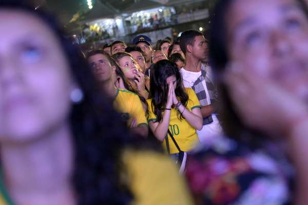 Decepcionados, torcedores que acompanharam a disputa entre Brasil e Holanda em Copacabana, neste sábado, lamentaram a despedida da Seleção da Copa do Mundo. Em partida que valia o terceiro lugar no Mundial, disputada no Estádio Mané Garrincha, em Brasília, os holandeses levaram a melhor e venceram por 3 a 0.