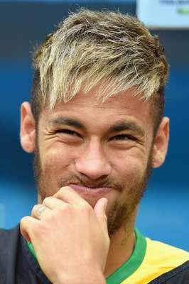 O Brasil não fez uma boa apresentação na despedida da Copa do Mundo, neste sábado, no Estádio Mané Garrincha, em Brasília. Do banco, Neymar assistiu à partida e fez muitas caras e bocas. Fora do jogo por conta de uma lesão, o atacante sofreu com os demais milhares de brasileiros que esperavam um desfecho mais feliz. A Holanda venceu por 3 a 0, garantindo a terceira posição na Copa do Mundo.