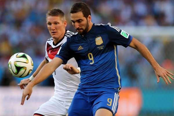 Higuaín disputa bola com Schweinsteiger na final da Copa do Mundo entre Argentina e Alemanha no Estádio do Maracanã