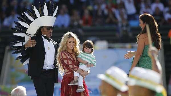 Com a presença de um time de famosos, como Shakira e Ivete Sangalo, a Copa do Mundo do Brasil teve sua cerimônia de encerramento neste domingo, no Estádio do Maracanã, que recebe também a grande final entre Argentina e Alemanha. Na foto, Shakira e o filho Milan, Carlinhos Brown e Ivete Sangalo.