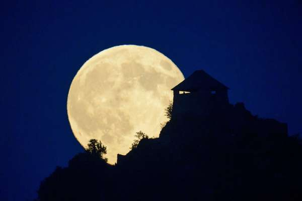 Superlua é vista em um castelo em Budapeste na noite de sábado. O satélite natural fica até 30% mais brilhante que em outras Luas Cheias