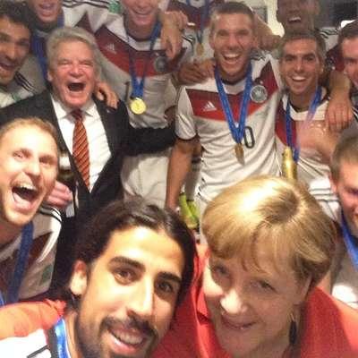 Os jogadores da seleção da Alemanha decidiram comemorar a conquista da Copa do Mundo e o tetracampeonato em selfies com a chanceler alemã Angela Merkel, que assistiu à final contra a Argentina, no Maracanã, e foi ao vestiário vibrar com os jogadores ao final do jogo. Na foto, Angela e parte da seleção