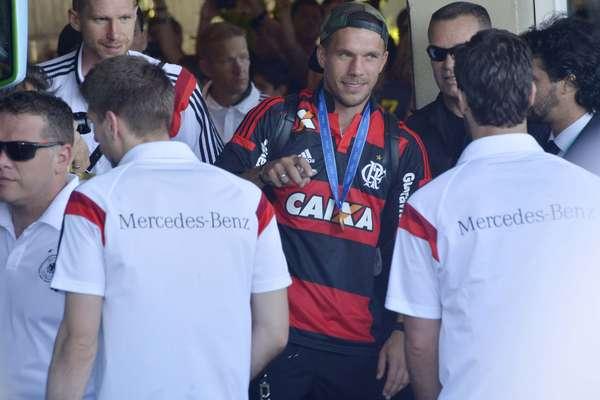 Festejados por torcida do Rio de Janeiro, jogadores da Alemanha deixam o hotel; equipe foi campeã da Copa do Mundo de 2014 no Estádio do Maracanã