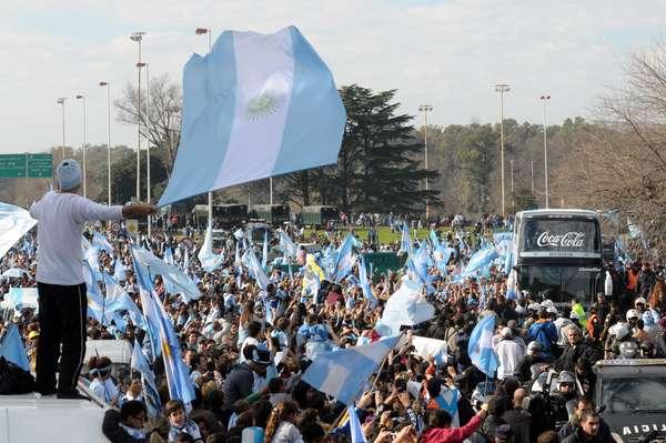 Milhares de torcedores argentinos lotaram os arredores do aeroporto de Ezeiza para receber os jogadores que conquistaram o vice-campeonato na Copa do Mundo do Brasil. Veja fotos da bonita festa em Buenos Aires.