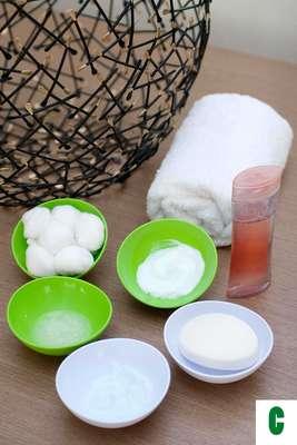 Certo: para limpar bem a pele, você vai precisar de sabonete específico contra oleosidade, tônico facial, esfoliante, hidratante em gel, filtro solar livre de óleo e algodão