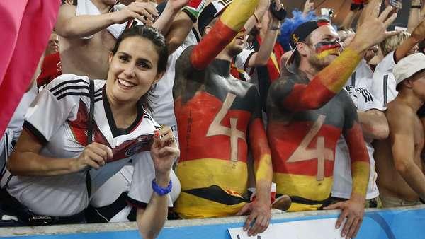 Torcedores da Alemanha vão à loucura dentro do Estádio do Maracanã, no Rio de Janeiro, com a vitória por 1 a 0 contra a Argentina, neste domingo, na final da Copa do Mundo no Brasil. Em disputa acirrada, os alemães levaram a melhor, e aos torcedores argentinos restou lamentar a derrota.