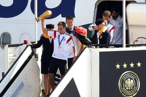 A seleção alemã de Joachim Löw aterrissou nesta terça-feira no aeroporto de Tegel, em Berlim, pouco depois das 10h locais (5h de Brasília) em seu retorno do Brasil após conquistar pela quarta vez a Copa do Mundo.