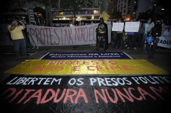 Manifestantes se encontravam no início da noite desta terça-feira em frente ao Tribunal de Justiça do Rio de Janeiro para protestar contra a prisão de ativistas durante a Operação Firewall, no último sábado, véspera da final da Copa do Mundo
