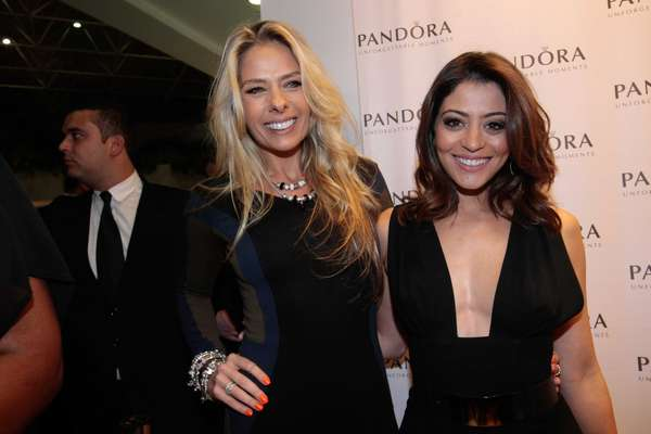 Adriane Galisteu e Carol Castro foram as convidadas da joalheria Pandora para inauguração de loja no Shopping Interlagos, em São Paulo, nesta quarta-feira (16)