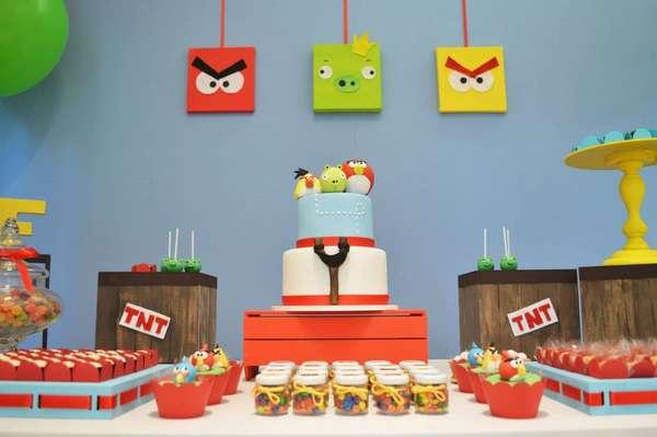 Mesa com tema dos Angry Birds decorada pela Invento Festa