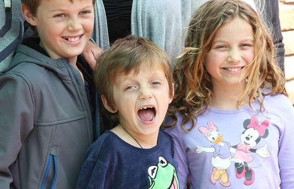 Irmãos australianos Mo, 12 anos, Evie, 10, e Otis Maslin, 8, voltavam com o avô, Nick Norris, para a Austrália após um feriado ao lado dos pais, que ficaram em Amsterdã