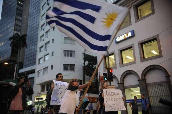 Manifestantes protestaram pelo fim da perseguição política em frente ao Consultado do Uruguai, no Rio de Janeiro, onde três ativistas pediram abrigo.