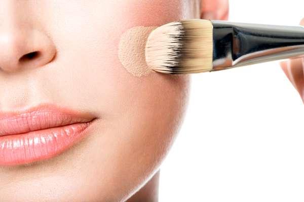 Las bases hidratantes tienen ingredientes activos que ayudan a aumentar la humedad de la piel. Sin embargo, no deben verse como el único tratamiento para la piel muy seca e incluso pueden agravar la apariencia de la piel grasa si se usa incorrectamente.