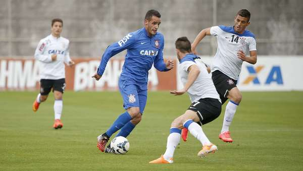 Renato Augusto treinou nesta quinta-feira com companheiros antes de jogo contra Palmeiras - meia deve ser titular contra o rival, já que Jadson está suspenso
