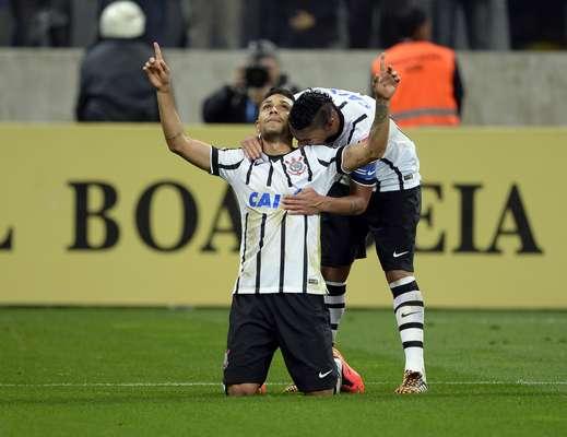 Ralf abraça Petros após o meia fazer o segundo gol do Corinthians