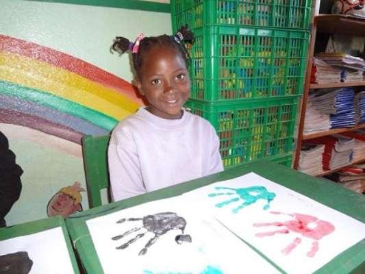 O casal Émerson Crema dos Santos e Simone Crema deram início, em julho de 2012, ao Projeto Moçambique, criado com a intenção de ajudar crianças do país localizado ao norte do continente africano com doações de material escolar