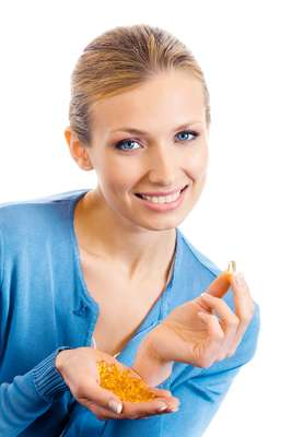 """De origem vegetal, o óleo de amendoim é composto por ácidos graxos mono e poli-insaturados, que são conhecidos como """"gorduras do bem"""", por ajudarem a reduzir o mau colesterol e colaborar até para a absorção de algumas vitaminas"""