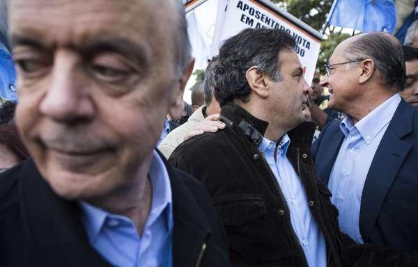 O candidato do PSDB à presidência da República Aécio Neves discursou para cerca de 100 trabalhadores na porta da empresa Voith por volta das 7h30 desta quinta-feira, na cidade de São Paulo