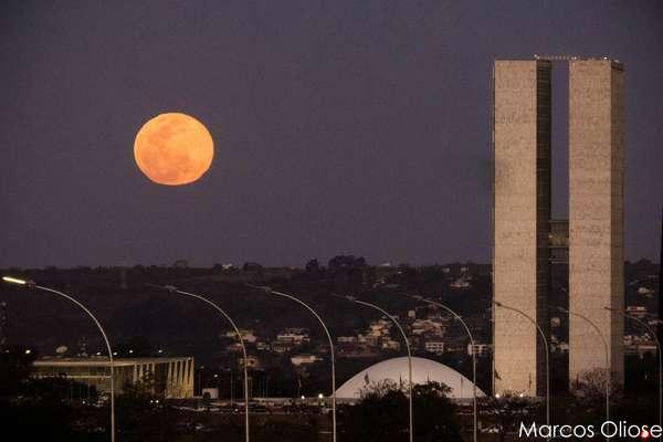 O fenômeno da Superlua, que faz com que a nossa percepção seja de uma Lua 14% maior e 30% mais brilhante, foi fotografado por leitores de todos os cantos do País neste domingo. Na imagem, a Superlua vista de Brasília, no Distrito Federal; confira a seguir as fotos recebidas pelo Terra