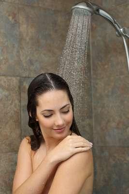 Durante a estação mais fria do ano, os ventos combinados com os banhos mais quentes afetam a camada superficial da cútis, que tende a perder água com mais facilidade