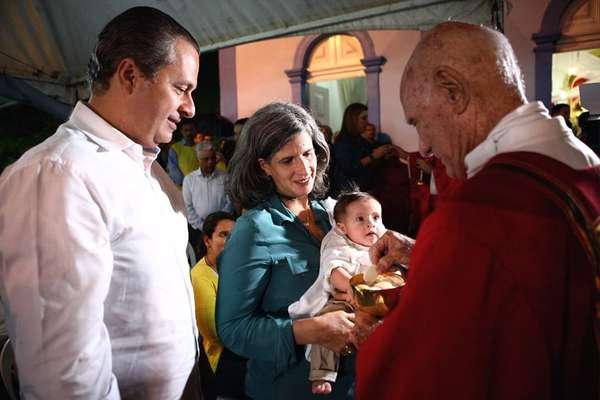 Foto postada no Facebook do batizado do filho Miguel que nasceu em janeiro deste ano