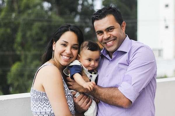 Beatriz Gonçalves Yuki, Eduardo Apolinário Cavalcante e o filho Pedro. As complicações de um parto prematuro foram uma das principais motivações para a criação do blog 'Querido Pedro', em junho do ano passado