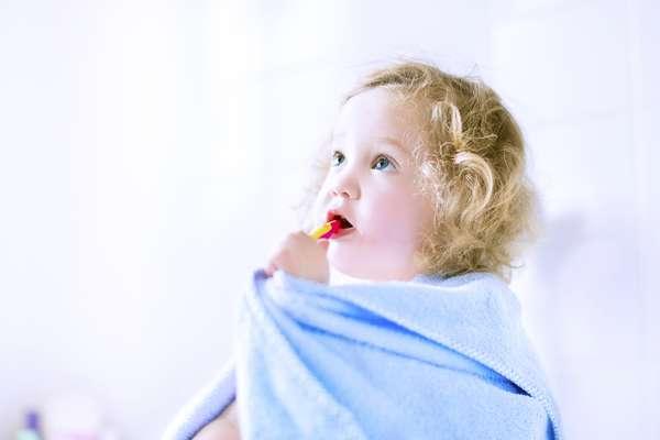 Hay que empezar el cepillado de los dientes de los niños desde muy temprano. Verdad: Desde la aparición de las primeras piezas dentales, el cuidado y la higiene bucal son importantes. Se puede comenzar a limpiar la boca del bebé dos veces al día así que le salgan los primeros dientes. La recomendación es limpiarlos usando una gasa húmeda.