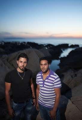 Os irmãos e refugiados sírios Thamer e Thayer posam em frente à costa no oeste da Sicília. Thamer (à esquerda) tem a esperança de se virar engenheiro. Thayer quer ser um chef de cozinha. Tendo sobrevivido uma viagem fatal no Mar Mediterrâneo, os dois buscam asilo na Itália
