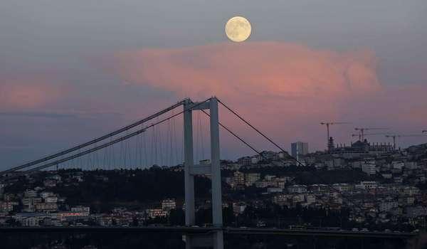 A superlua vista em cima daponte Bosphorus, em Istambul, na Turquia, nesta segunda-feira